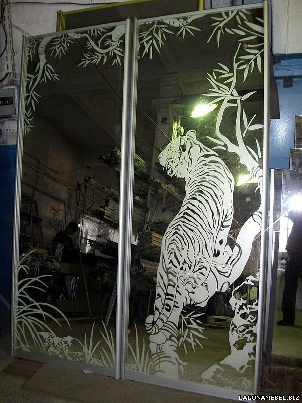Пескоструйные рисунки тигров на зеркале